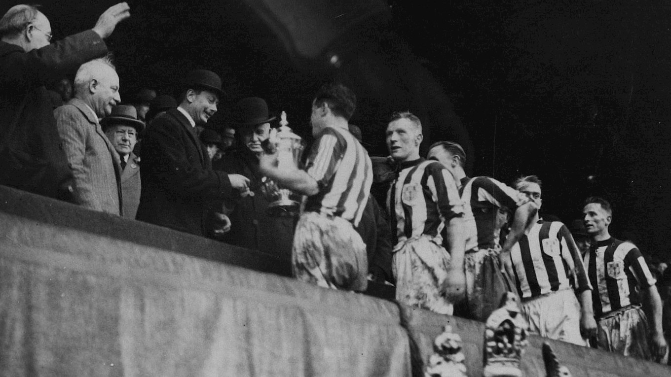 1st pic - 1931-25.04-albion get cup.jpg